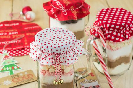 熱いココアを混ぜるクリスマスの jar の贈り物。 写真素材