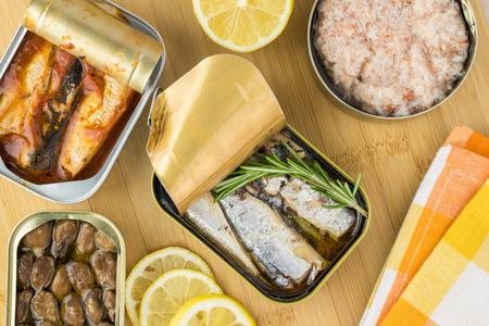 トップ ビューのイワシの缶を開設した、牡蠣の燻製、蟹肉をみじん切り。