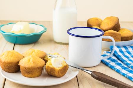 Mini cornbread muffins on a plate and cup of milk. 版權商用圖片
