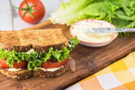 Nahaufnahme von BLT-Sandwich mit Speck, Tomaten, Salat und Myonnaise. Standard-Bild