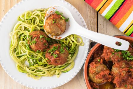 Plate with spaghetti and meatballs in marinara sauce. Imagens