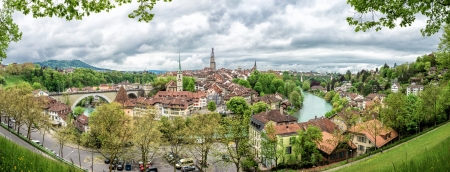 Panorama avec l'église, le pont et les maisons aux toits de tuiles, Berne, Suisse.