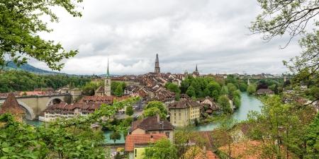 Église, le pont et les maisons aux toits de tuiles, Berne, Suisse.