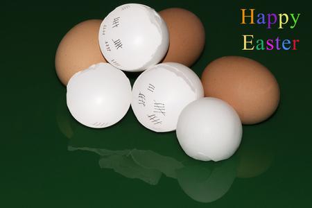 Kleurrijke Pasen-groeten met verbrijzelde eierschalen en bezinningen voor een groene achtergrond
