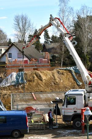 家の1階を作る作業エリア上の移動式コンクリートポンプ - ベルリン、ドイツ - 03/21/2018