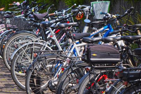 Berlín, Alemania - 28 de junio de 2018: Ve a muchas bicicletas seguidas. Editorial