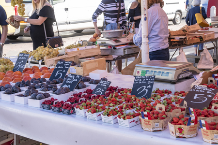 Nice, France - October 5, 2018: View of a market stall with different food on a market in Nice. Standard-Bild - 115645423