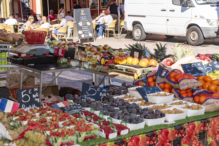 Nice, France - October 5, 2018: View of a market stall with different food on a market in Nice. Standard-Bild - 115645424