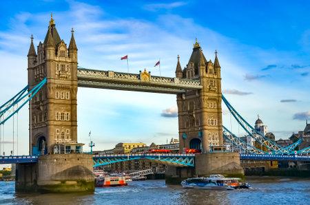 London, Groot-Brittannië - 1 augustus 2015: Uitzicht op de Tower Bridge over het water met boten op een zonnige dag met een prachtige blauwe lucht.