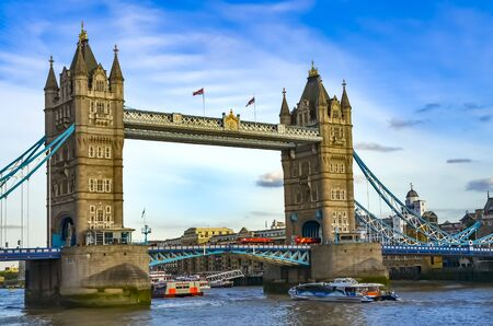 Londres, Gran Bretaña - 1 de agosto de 2015: Vista al Tower Bridge sobre el agua con barcos en un día soleado con un maravilloso cielo azul.