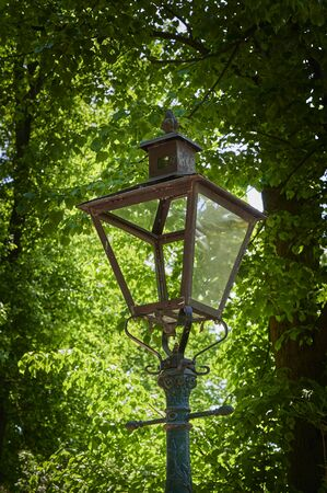 Historic street lamp that was powered by gas and stands in a Berlin park. Standard-Bild