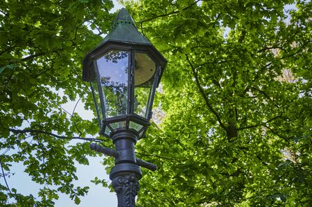 Historic and still functional street lamp that is powered by gas and stands in a Berlin park. Standard-Bild - 146883521