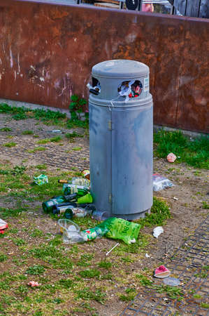 Berlin, Germany - May 10, 2020: Overfilled dustbin in a public park in downtown Berlin. Standard-Bild - 146908648