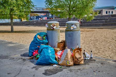 Berlin, Germany - May 10, 2020: Overfilled dustbins in a public park in downtown Berlin. Standard-Bild - 146908649