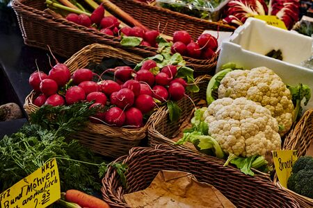 A market stall with various colorful varieties of vegetables. Standard-Bild - 147784177