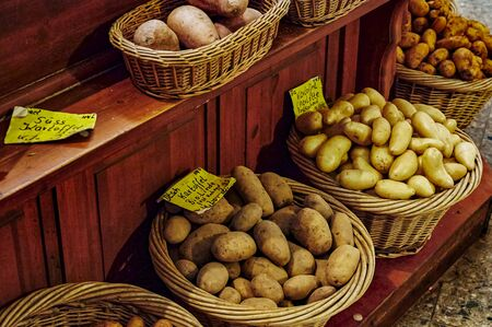 A market stall with different types of potatoes. Standard-Bild