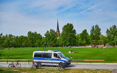 Berlin, Germany - May 10, 2020: Berlin police who check in a public park whether the distance rules due to the covid-19 pandemic are being observed. Standard-Bild - 147285276