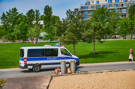 Berlin, Germany - May 10, 2020: Berlin police who check in a public park whether the distance rules due to the covid-19 pandemic are being observed. Standard-Bild - 147285277