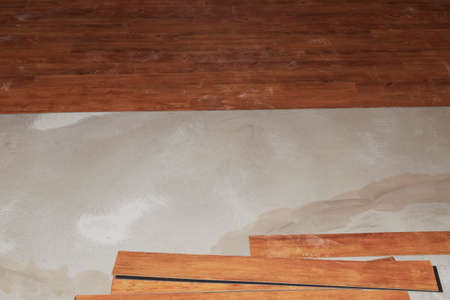 Wood grain vinyl flooring when laid on the floor. The focus is on the lower half. 版權商用圖片