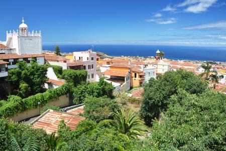 Vista panorámica sobre los tejados de la antigua ciudad de La Orotava en Tenerife Foto de archivo - 90866669