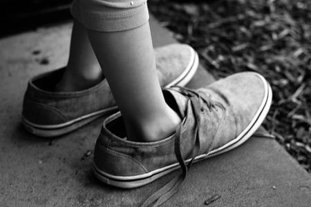 adentro y afuera: Desgastado zapatos Foto de archivo