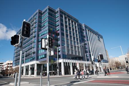 Luminoso edificio moderno, Canberra, Australia Archivio Fotografico - 82850315