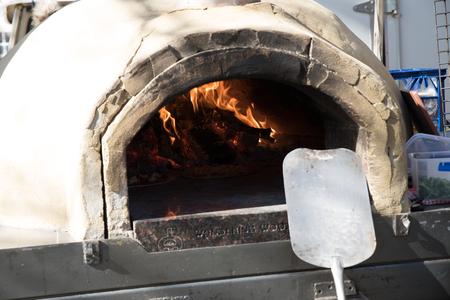 Trailerable pizza oven, Australian National University, Canberra, Australia Editöryel