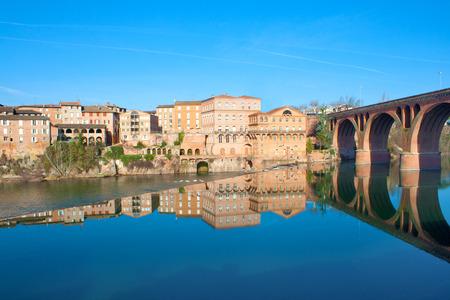 turismo ecologico: Reflexiones de edificios en el Tarn en Albi, Francia