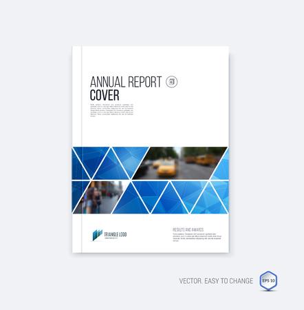 Brochure sjabloon lay-out, cover ontwerp jaarverslag, tijdschrift, flyer of boekje in A4 met blauwe geometrische vormen op veelhoekige achtergrond.