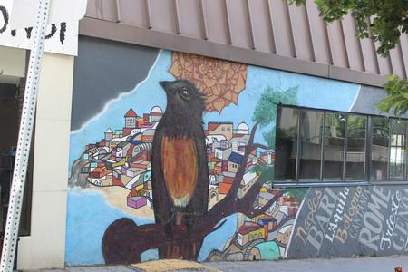 Black bird visual street art mural 에디토리얼