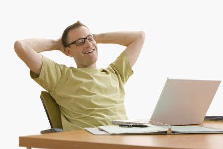 Mann lehnt sich in seinem Stuhl zur�ck, w�hrend der Arbeit an seinem Laptop zu Hause. Horizontale erschossen. Isolated on White.  Lizenzfreie Bilder