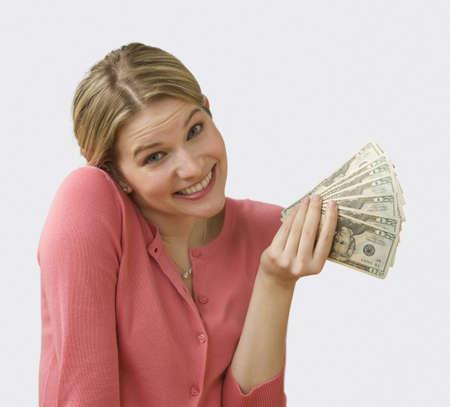 Sch�ne junge Frau fans aus Cash und zuckt mit die Schultern. Square Shot.  Lizenzfreie Bilder
