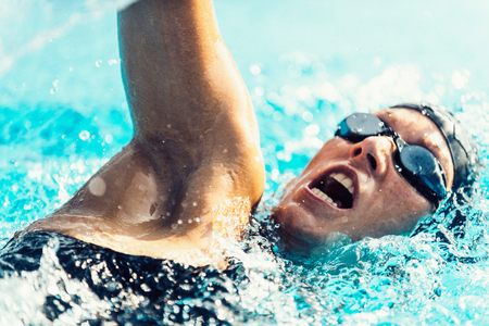 자유로운 스타일의 경쟁력있는 수영 선수