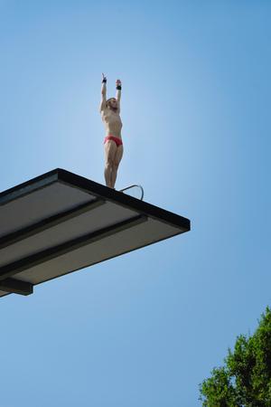 Man duiker, voorbereiden om te duiken vanaf 10 meter hoge springtoren Stockfoto