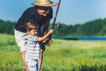 man fishing: Abuelo y nieto de pesca y que se divierte