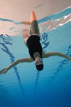 Ongebruikelijk perspectief van een gesynchroniseerde zwemmer het uitvoeren van een figuur Stockfoto - 52981042