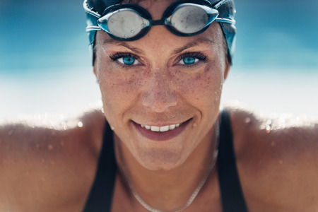 Schöner Weiblicher Schwimmer