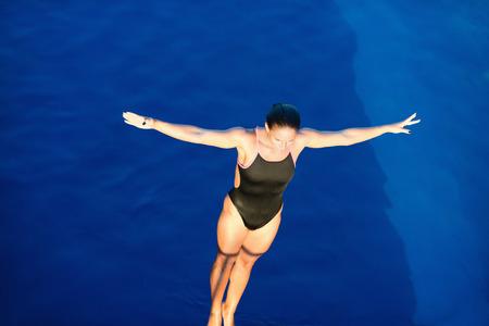 여성 다이버 플랫폼, 다이빙을 준비, 위에서 볼 스톡 콘텐츠