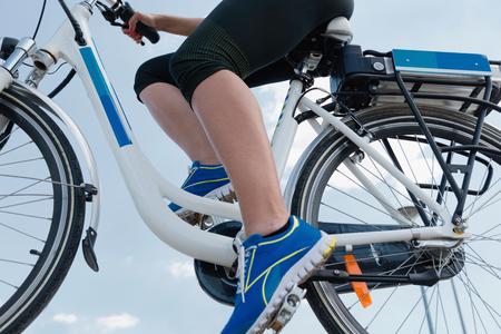 青い空、きれいな空気の概念に対してショット e 自転車や電動自転車に乗って、