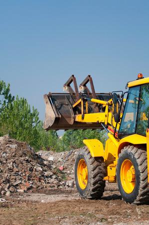 cargador frontal: pala cargadora de trabajo en el mont�n de escombros