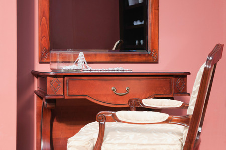 dressing table: Classic wooden dressing table