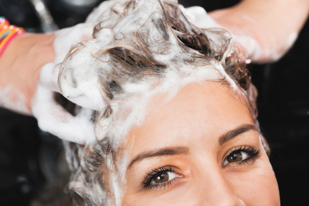 cabeza de mujer: peluquería - el pelo con champú Foto de archivo