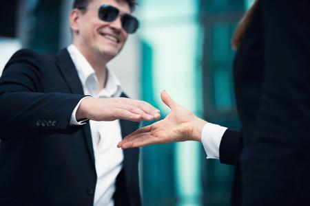 cerrando negocio: El cierre de un acuerdo de negocios, se centran en las manos