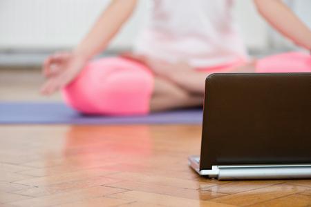 good posture: La pr�ctica de yoga en casa con la ayuda de instructor de yoga virtuales