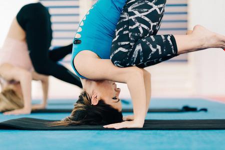 buena postura: Las mujeres en la clase de yoga, posici�n cuervo