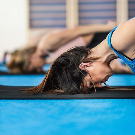 buena postura: Tres mujeres que hacen yoga en la clase de yoga Foto de archivo