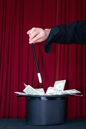 show bill: mago de la etapa llena su sombrero de copa con los dólares