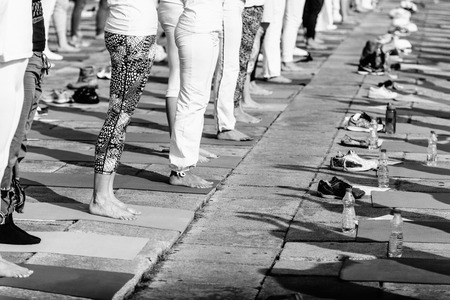 buena postura: Detalle de las piernas en caso de yoga al aire libre