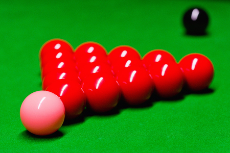 starting position: Snooker balls on table, placed in starting position