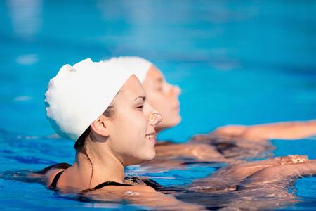 Synchroonzwemmers - duet in zwembad Stockfoto